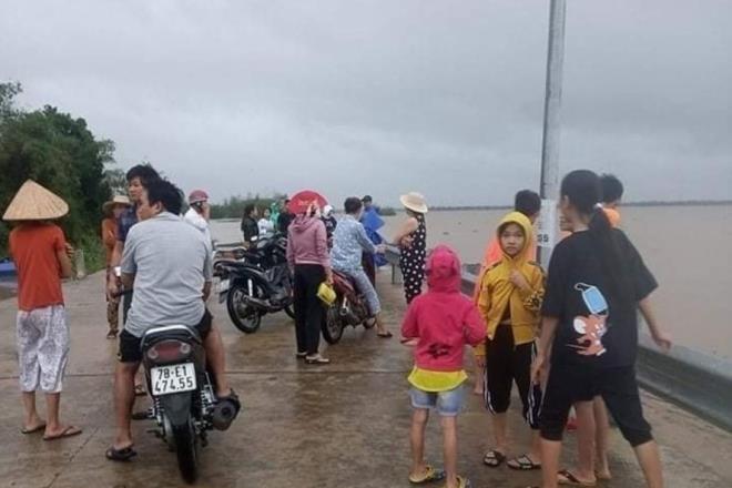 Phú Yên: Đi xem lũ lên, một người đàn ông bị nước cuốn mất tích - Ảnh 1