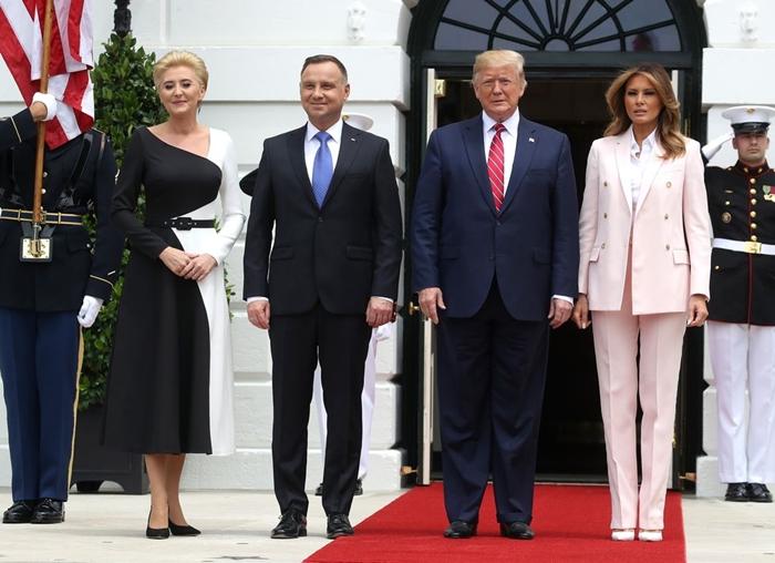 Những bộ trang phục hàng chục nghìn USD của Đệ nhất phu nhân Melania Trump  - Ảnh 17