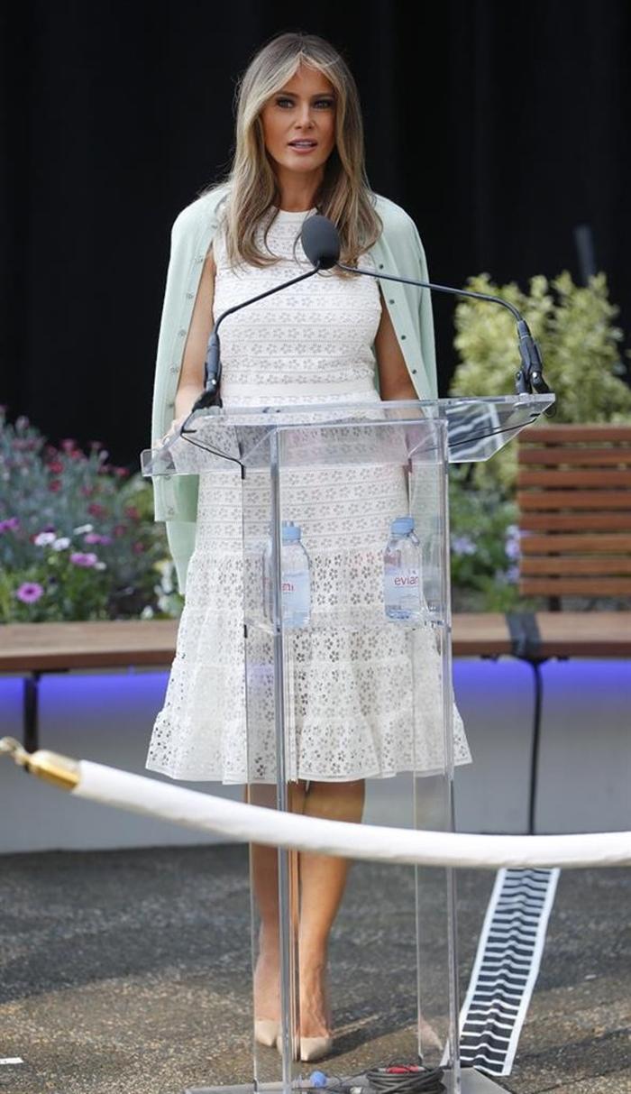 Những bộ trang phục hàng chục nghìn USD của Đệ nhất phu nhân Melania Trump  - Ảnh 23
