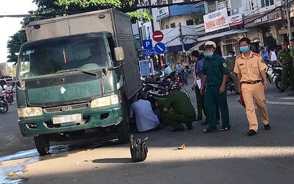 Tin tai nạn giao thông mới nhất ngày 17/11: Bị xe đạp điện tông ngã vào xe tải, cô gái tử vong - Ảnh 2