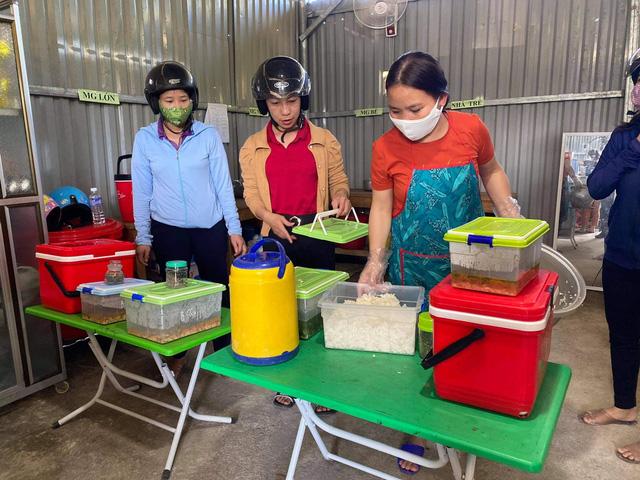 Nữ giáo viên vượt hàng chục km đường rừng mỗi ngày mang cơm cho học sinh - Ảnh 1