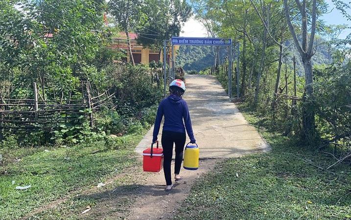 Nữ giáo viên vượt hàng chục km đường rừng mỗi ngày mang cơm cho học sinh - Ảnh 2