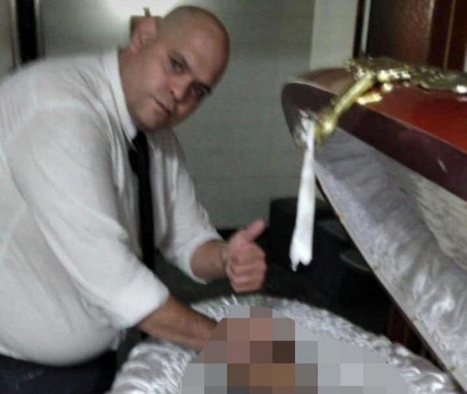 Bất kính với thi hài Maradona, nam nhân viên tang lễ bị sa thải - Ảnh 1