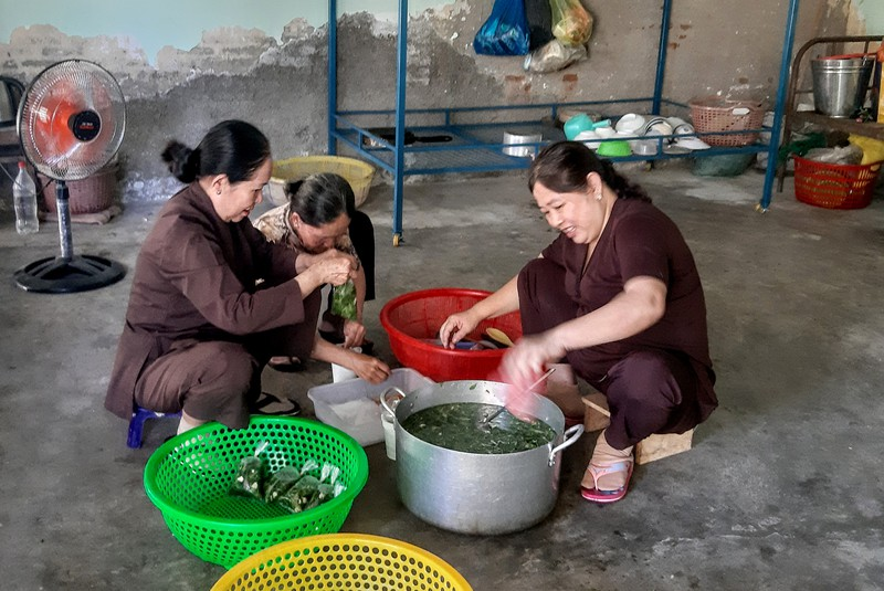 Ấm lòng bếp ăn từ thiện tại Trung tâm y tế huyện Ninh Phước đỏ lửa suốt 13 năm - Ảnh 1