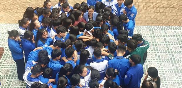 Học sinh và thầy cô ôm nhau khóc giữa sân trường, sự thật khiến nhiều người nghẹn ngào - Ảnh 1