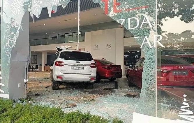Nữ tài xế mất lái tông vỡ cửa kính showroom ô tô, một người tử vong - Ảnh 2