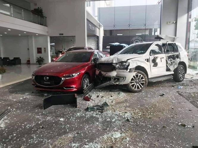 Nữ tài xế mất lái tông vỡ cửa kính showroom ô tô, một người tử vong - Ảnh 3
