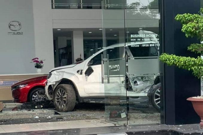 Nữ tài xế mất lái tông vỡ cửa kính showroom ô tô, một người tử vong - Ảnh 4