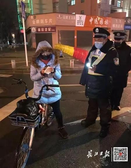 Cảm phục nữ bác sĩ đạp xe 4 ngày 3 đêm, vượt qua chặng đường 300 km để tới Vũ Hán cứu người  - Ảnh 2
