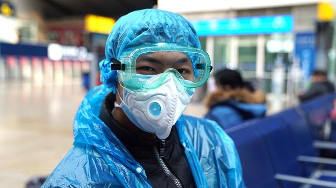 Người dân Bắc Kinh trùm nylon kín mít để ngăn nhiễm Covid-19 - Ảnh 1