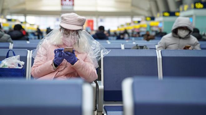 Người dân Bắc Kinh trùm nylon kín mít để ngăn nhiễm Covid-19 - Ảnh 3