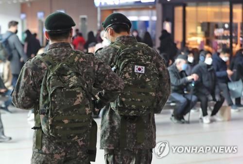 Phát hiện 11 binh sĩ dương tính với Covid-19, Hàn Quốc cách ly gần 7.700 quân nhân - Ảnh 1