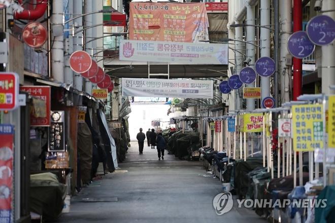 Dịch bệnh Covid-19 ở Hàn Quốc: Đường phố vắng lặng, một tiếng ho cũng gây lo ngại - Ảnh 4