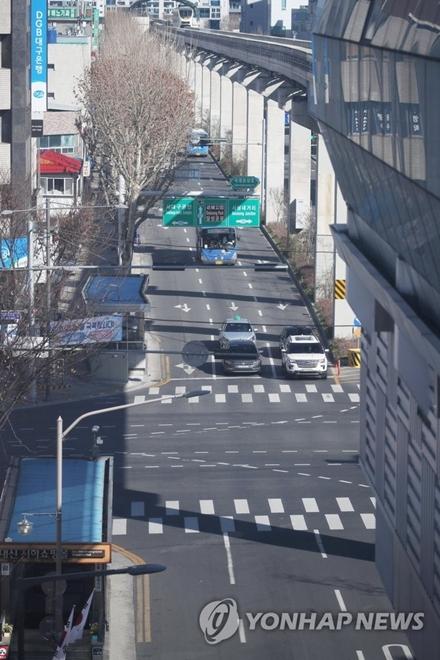 Dịch bệnh Covid-19 ở Hàn Quốc: Đường phố vắng lặng, một tiếng ho cũng gây lo ngại - Ảnh 5
