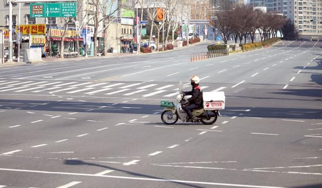 Dịch bệnh Covid-19 ở Hàn Quốc: Đường phố vắng lặng, một tiếng ho cũng gây lo ngại - Ảnh 7