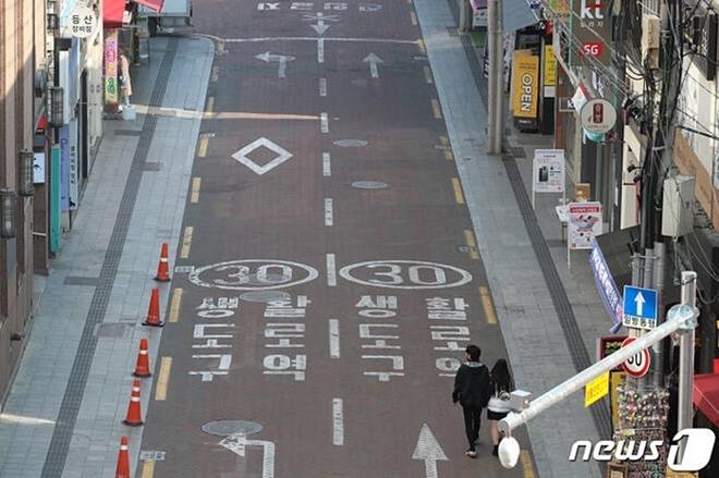Dịch bệnh Covid-19 ở Hàn Quốc: Đường phố vắng lặng, một tiếng ho cũng gây lo ngại - Ảnh 8