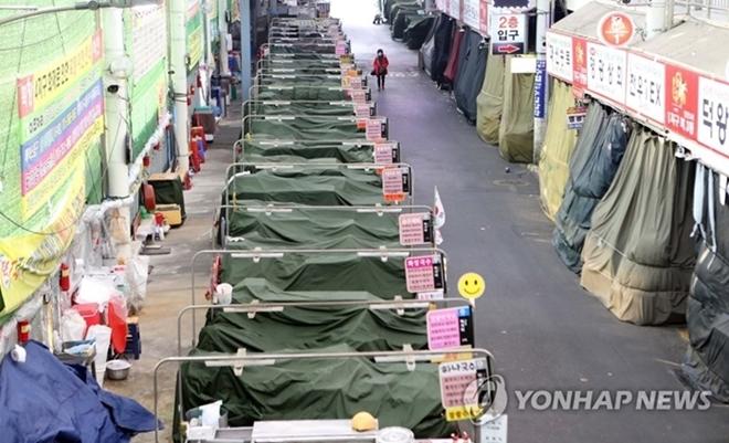 Dịch bệnh Covid-19 ở Hàn Quốc: Đường phố vắng lặng, một tiếng ho cũng gây lo ngại - Ảnh 10