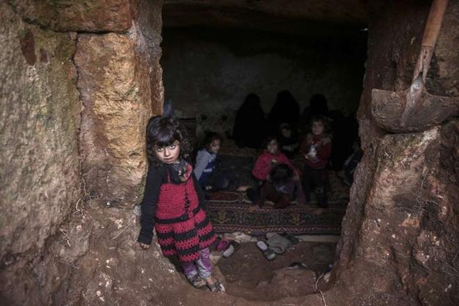 Xót xa cảnh hàng trăm nghìn dân thường phải chạy trốn khỏi Idlib, giữa bối cảnh giao tranh ác liệt - Ảnh 3