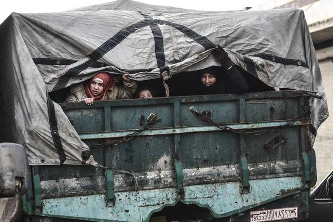 Xót xa cảnh hàng trăm nghìn dân thường phải chạy trốn khỏi Idlib, giữa bối cảnh giao tranh ác liệt - Ảnh 8