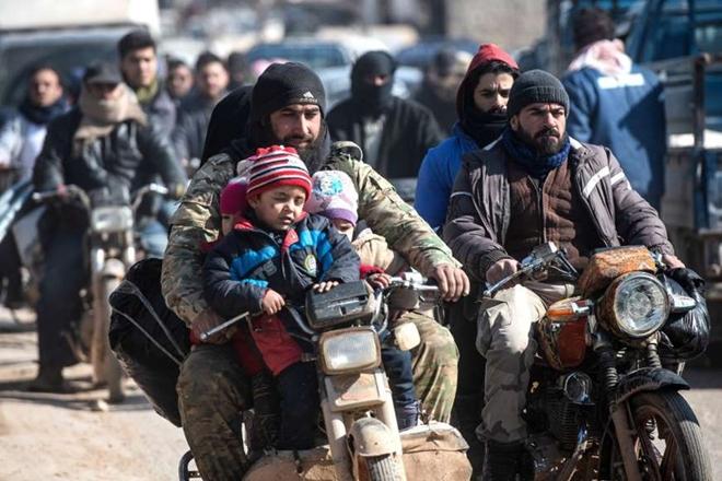 Xót xa cảnh hàng trăm nghìn dân thường phải chạy trốn khỏi Idlib, giữa bối cảnh giao tranh ác liệt - Ảnh 4