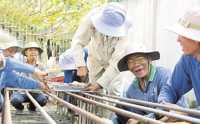 Cảm động những lão nông hơn 12 năm xây cầu từ thiện tại Đồng Tháp  - Ảnh 1