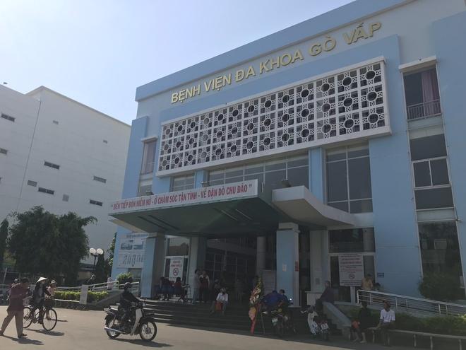 Tạm đình chỉ công tác Giám đốc bệnh viện quận Gò Vấp bị tố gom khẩu trang bán giá cao - Ảnh 1