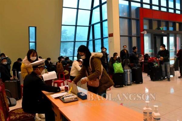 Được vận động, gần 500 người Trung Quốc xếp hàng chờ nhập cảnh vào Việt Nam quay về nước - Ảnh 1