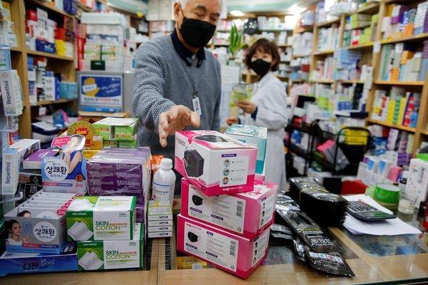 Đầu cơ khẩu trang y tế tại Hàn Quốc bị ngồi tù tới 2 năm, phạt hơn 978 triệu đồng  - Ảnh 1