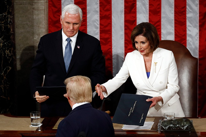 """Video: Tổng thống Trump """"ngó lơ"""" cái bắt tay của Chủ tịch Hạ viện Mỹ - Ảnh 1"""