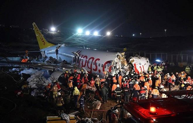 Máy bay trượt khỏi đường băng, gãy thành nhiều đoạn, khiến 158 người thương vong - Ảnh 1
