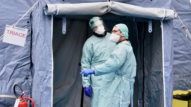 Covid-19 tại Italy: Y bác sĩ bật khóc vì phải lựa chọn bệnh nhân để điều trị - Ảnh 1