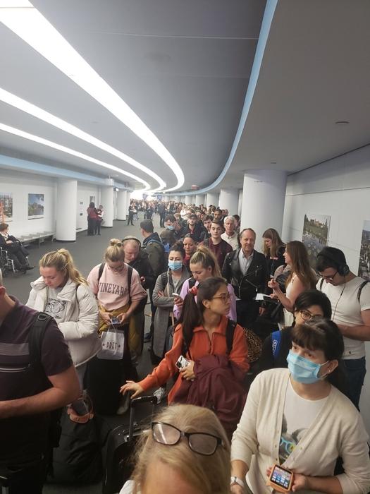 Sân bay Mỹ hỗn loạn: Người dân từ châu Âu xếp hàng dài chờ kiểm tra sức khỏe - Ảnh 3