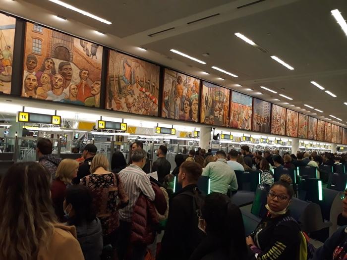 Sân bay Mỹ hỗn loạn: Người dân từ châu Âu xếp hàng dài chờ kiểm tra sức khỏe - Ảnh 2