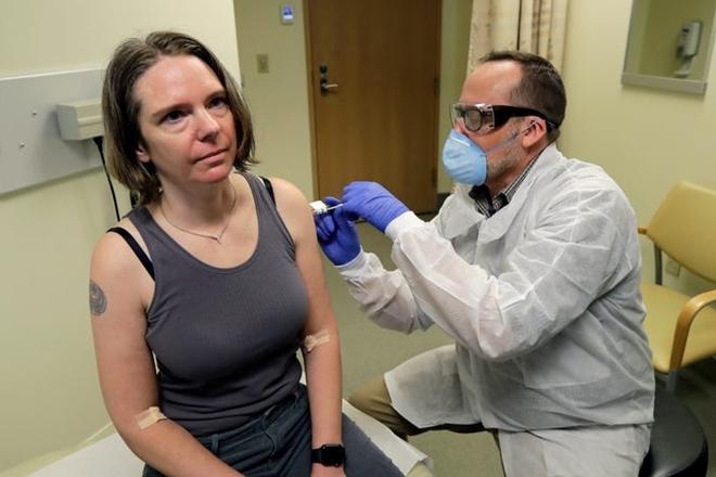 """Những người Mỹ đầu tiên tình nguyện tiêm vaccine Covid-19: """"Tôi cảm thẩy rất tuyệt"""" - Ảnh 1"""