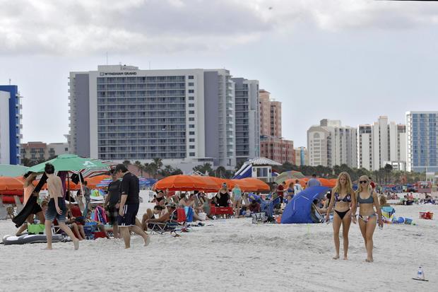 Bất chấp dịch Covid-19, hàng ngàn người dân Mỹ vẫn tụ tập trên các bãi biển - Ảnh 1