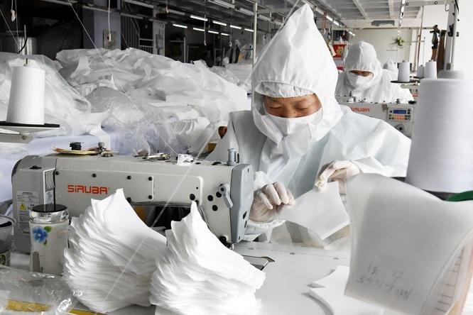 Trung Quốc ồ ạt sản xuất khẩu trang, tăng tới 116 triệu chiếc một ngày, đối mặt nguy cơ dư thừa - Ảnh 1