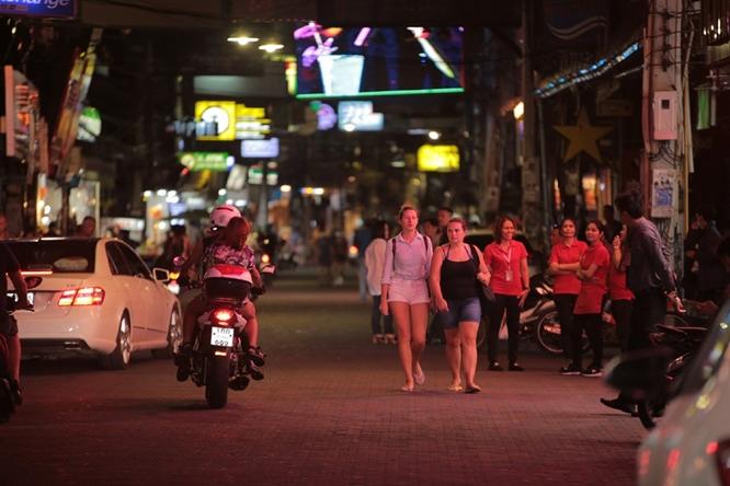 Phố đèn đỏ khét tiếng tại Thái Lan đóng cửa do Covid-19: Vũ công dọn đồ, các chủ quán rơi nước mắt - Ảnh 3