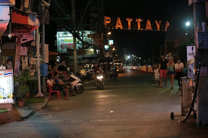 Phố đèn đỏ khét tiếng tại Thái Lan đóng cửa do Covid-19: Vũ công dọn đồ, các chủ quán rơi nước mắt - Ảnh 5