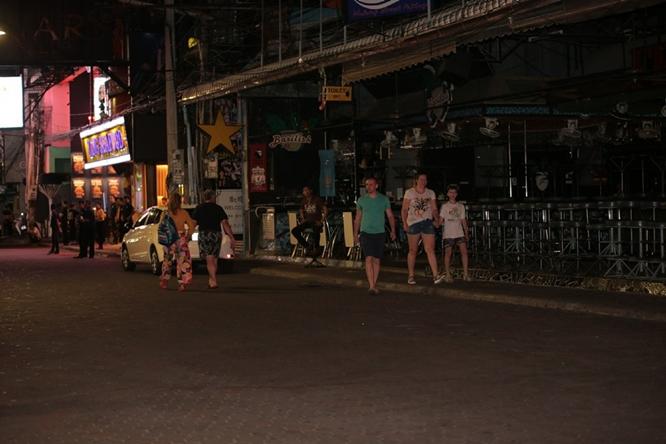 Phố đèn đỏ khét tiếng tại Thái Lan đóng cửa do Covid-19: Vũ công dọn đồ, các chủ quán rơi nước mắt - Ảnh 8