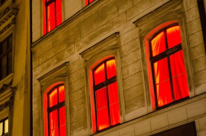 """Lo sợ Covid-19, các """"phố đèn đỏ"""" tại châu Âu đóng cửa hàng loạt: Gái làng chơi tiêu sạch tiền tiết kiệm - Ảnh 1"""