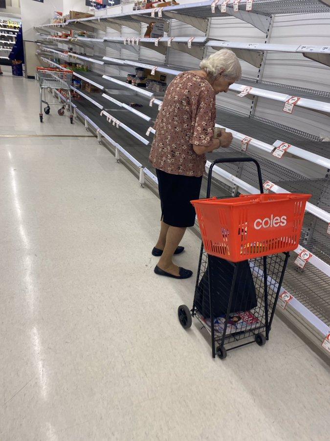 Xót xa cảnh cụ bà bật khóc khi đứng trước các kệ hàng trống trơn tại siêu thị - Ảnh 1