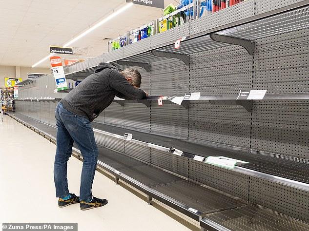 Xót xa cảnh cụ bà bật khóc khi đứng trước các kệ hàng trống trơn tại siêu thị - Ảnh 2