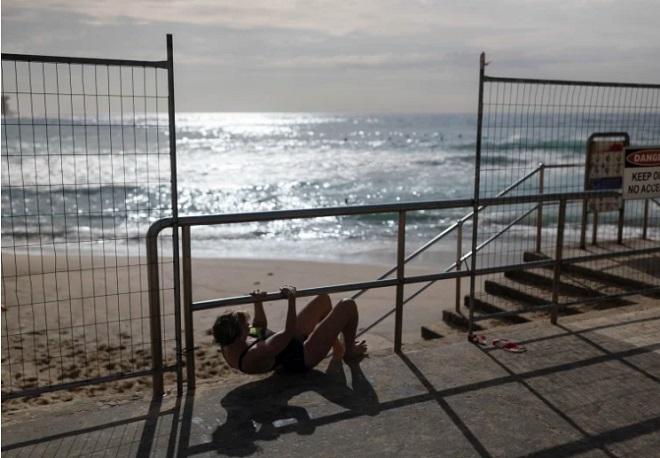 Người dân Australia vượt rào đi bơi, bất chấp lệnh phong tỏa bãi biển - Ảnh 1