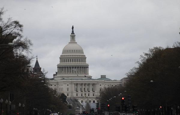 Thượng viện Mỹ thông qua gói kích thích 2.000 tỷ USD hỗ trợ người dân vượt qua đại dịch - Ảnh 1