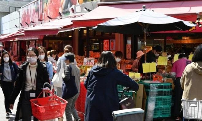 Người dân Tokyo chen chúc đi mua đồ dự trữ  - Ảnh 1