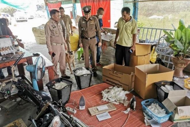 """Thái Lan: Phát hiện nhà máy tái chế khẩu trang đã qua sử dụng bằng """"chiêu độc"""" dùng bàn là ủi phẳng - Ảnh 1"""