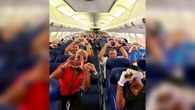 Xúc động hình ảnh y bác sĩ bay từ Georgia tới New York, tiếp sức mạnh giúp Mỹ vượt qua đại dịch - Ảnh 1