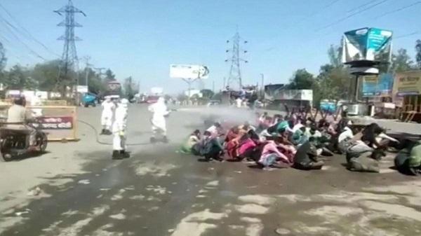 Ấn Độ: Chính quyền bang bị chỉ trích vì phun thuốc khử trùng xe buýt vào lao động nhập cư - Ảnh 1