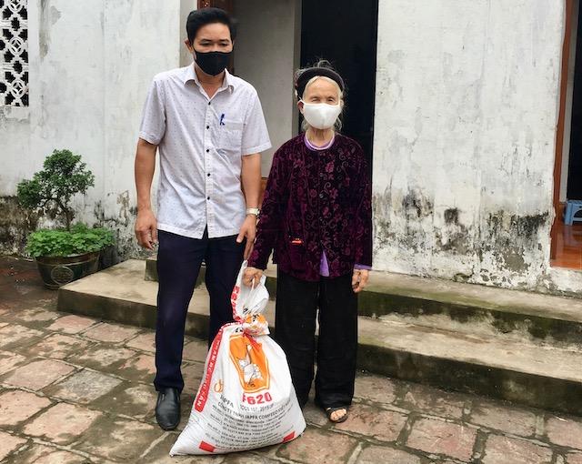 Cụ bà vợ liệt sĩ tặng 1 tạ gạo hỗ trợ chống dịch Covid-19 - Ảnh 1
