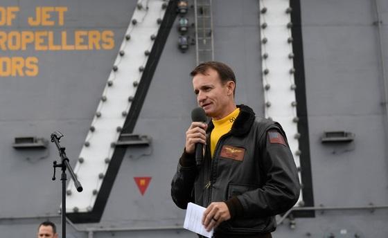 Hạm trưởng tàu sân bay Mỹ bị cách chức nhiễm Covid-19  - Ảnh 1